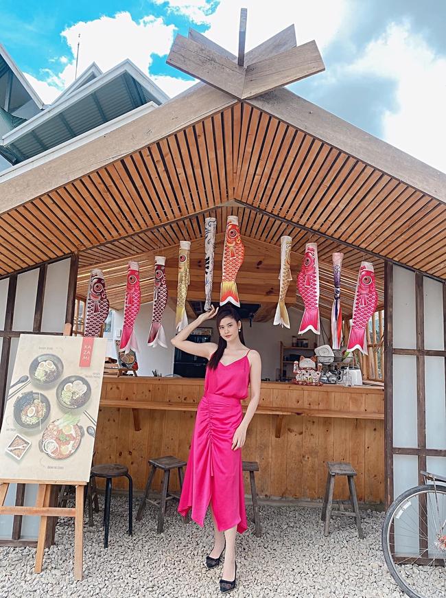 Trương Quỳnh Anh diện đầm hồng nổi bật trong bức hình mới.