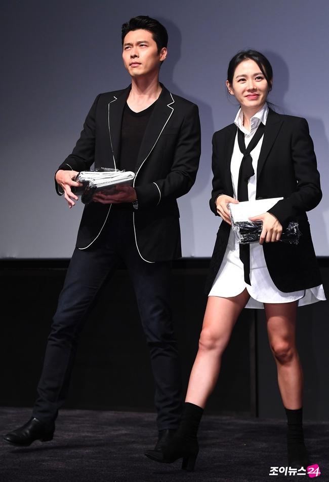 """Hyun Bin bị soi """"bàn tay hư hỏng"""", chủ động ôm Son Ye Jin, còn không cho """"chị đẹp"""" đụng chạm đồng nghiệp - Ảnh 5."""