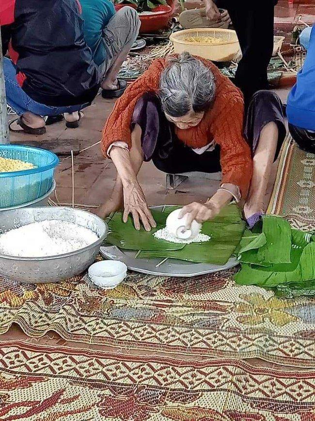 Xúc động hình ảnh những cụ bà còng lưng bê mì gói, quần áo, gói bánh chưng gửi ra miền Trung với lời nhắn: Cho mẹ gửi chút tình thương với đồng bào mình! - Ảnh 3.