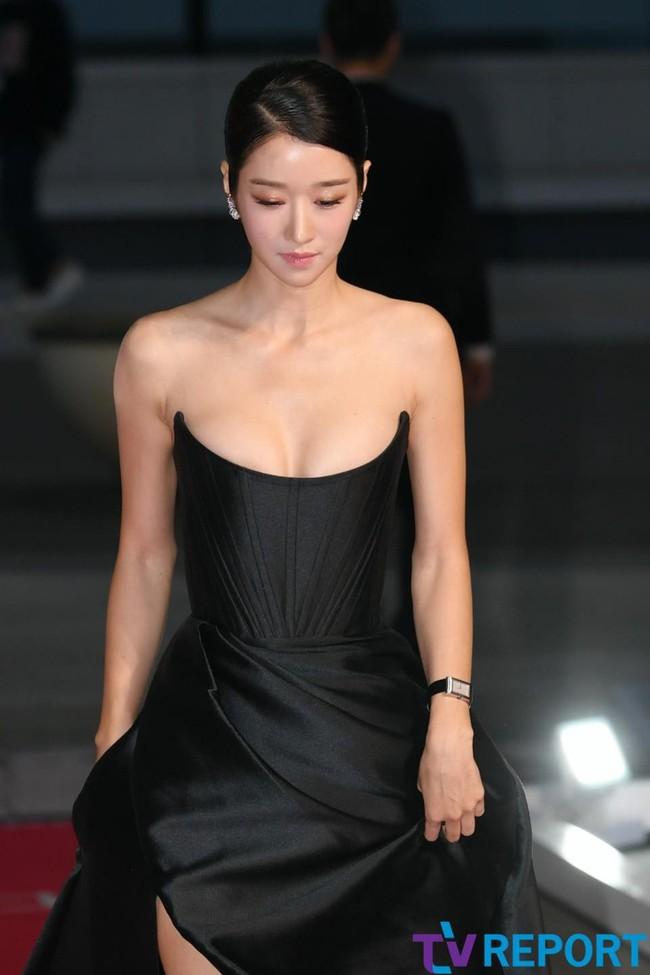 """""""Điên nữ"""" Seo Ye Ji gây sốt MXH xứ Hàn vì diện váy táo bạo khoe vòng 1 """"ngồn ngộn"""" như sắp tràn ra ngoài  - Ảnh 1."""