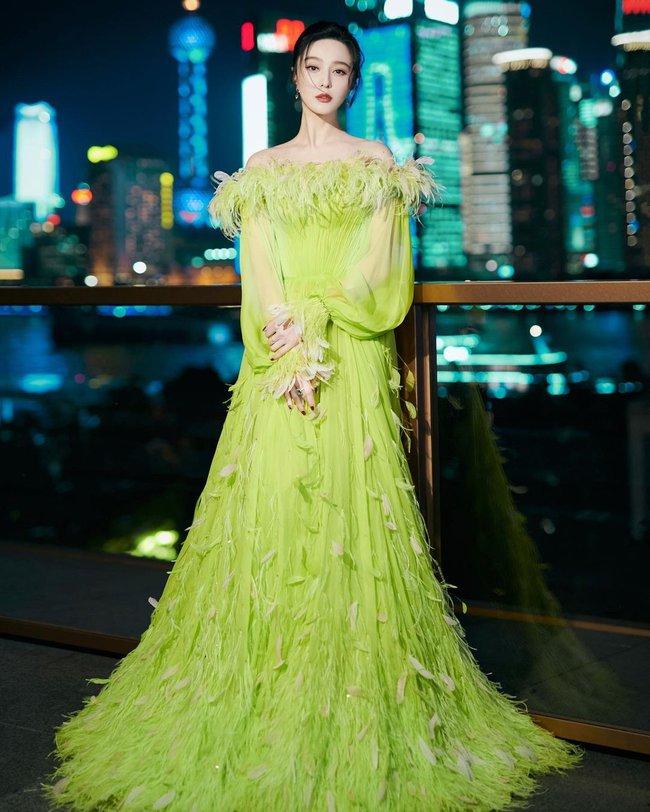 Nữ thần Kim Ưng Tống Thiến cùng chọn thương hiệu váy giống Phạm Băng Băng: Người xinh như tiên tử, người mặc lên nhìn như hàng chợ  - Ảnh 1.