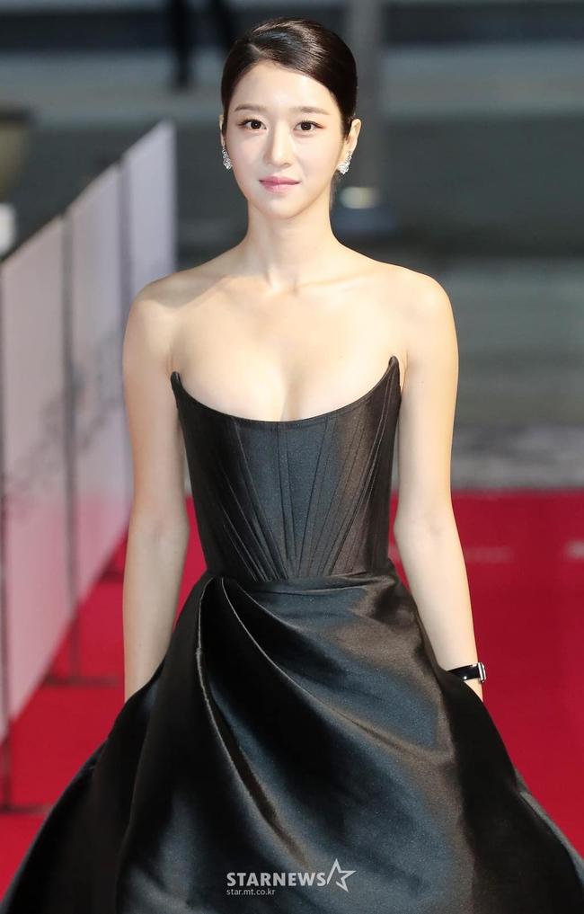 """""""Điên nữ"""" Seo Ye Ji gây sốt MXH xứ Hàn vì diện váy táo bạo khoe vòng 1 """"ngồn ngộn"""" như sắp tràn ra ngoài  - Ảnh 3."""