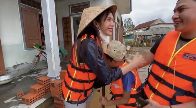 Thủy Tiên tiếp tục ghi điểm với hành động ý nghĩa cho 2 trẻ em nghèo phải nghỉ học - Ảnh 4.