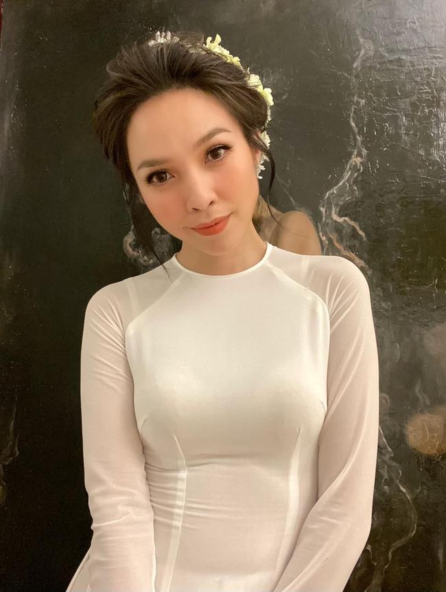 Hiền Thục mặc áo dài trắng thướt tha.