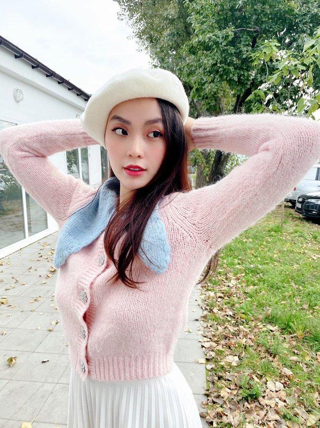 Diễm Trang lên đồ dịu dàng, tận hưởng tiết trời se lạnh ở Ba Lan.