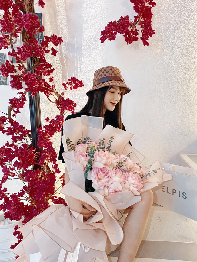 """""""Cả một ngày quay cuồng, bụi bặm từ đầu tới chân... nhận được bó hoa và món quà xinh quên hết mệt"""", Diệp Lâm Anh bộc bạch."""