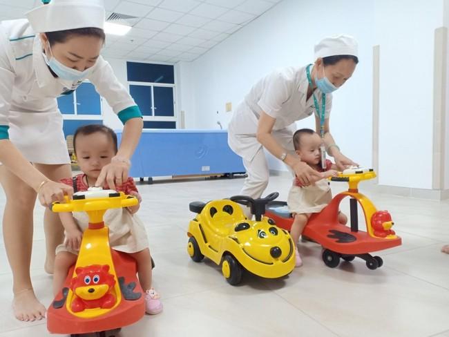 """Đến viện tái khám sau 15 ngày xuất viện, Song Nhi tươi cười trổ tài """"đua"""" xe  - Ảnh 3."""