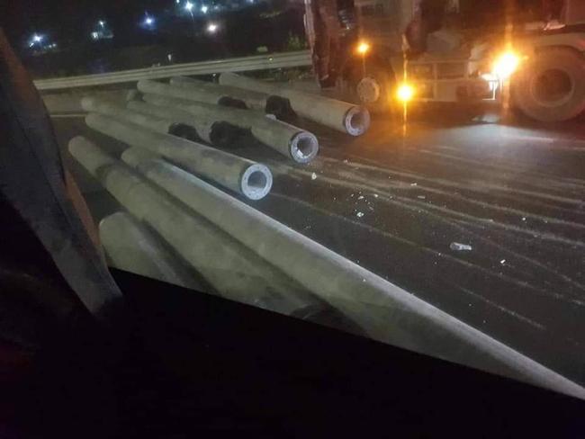 Kinh hoàng xe chở cột điện đứt xích văng xuống cao tốc Pháp Vân - Cầu Giẽ - Ảnh 3.