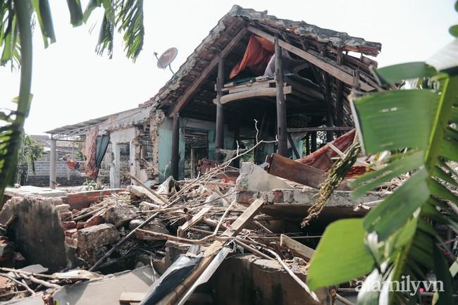 """Cận cảnh """"tâm lũ"""" Quảng Bình sau nước rút: Nhà cửa tan hoang, bới bùn vớt vát tài sản - Ảnh 8."""