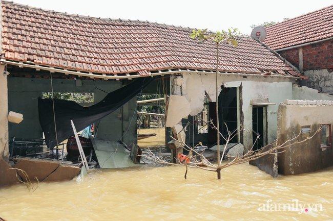 """Cận cảnh """"tâm lũ"""" Quảng Bình sau nước rút: Nhà cửa tan hoang, bới bùn vớt vát tài sản - Ảnh 3."""