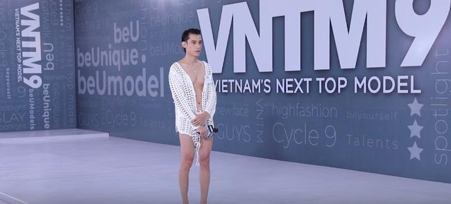 """Vietnam's Next Top Model: Bị chê diện mốt """"không nội y"""", nam thí sinh """"tức mình"""" xé luôn áo để dằn mặt Võ Hoàng Yến - Ảnh 6."""