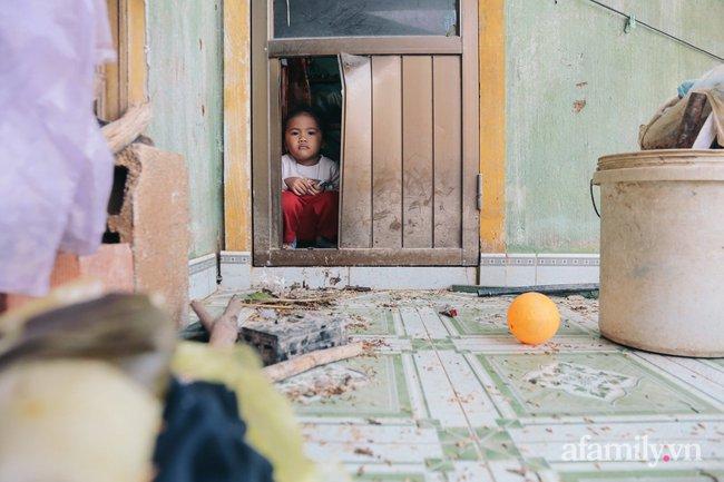 """Cận cảnh """"tâm lũ"""" Quảng Bình sau nước rút: Nhà cửa tan hoang, bới bùn vớt vát tài sản - Ảnh 12."""