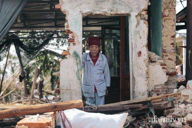 """Cận cảnh """"tâm lũ"""" Quảng Bình sau nước rút: Nhà cửa tan hoang, bới bùn vớt vát tài sản - Ảnh 7."""