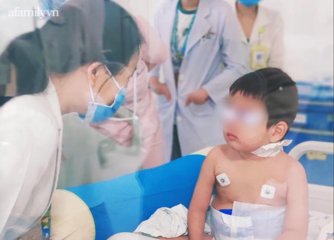 """Bé trai 4 tuổi mắc hội chứng """"máu ăn máu"""", xuất huyết phổi nguy kịch - Ảnh 1."""