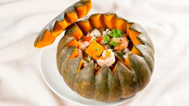 Bữa tối đơn giản và bắt mắt gói gọn trong một quả bí đỏ: Không cần ăn cơm vẫn no bụng, quan trọng nhất là đủ chất mà chị em chẳng lo tăng cân! - Ảnh 4.