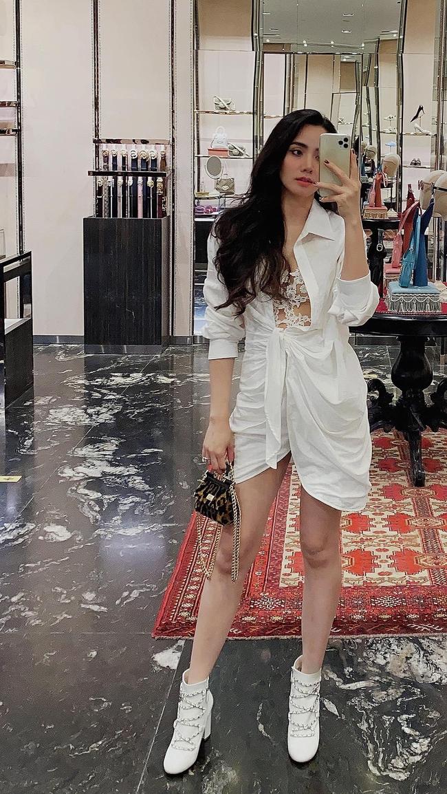 Trang Nhung mặc đồ tông trắng đơn giản nhưng không kém phần thời trang.
