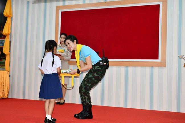 Hoàng hậu Thái Lan ngày một tỏa sáng, thể hiện tình cảm gắn bó với nhà vua trong khi Hoàng quý phi vắng bóng - Ảnh 4.
