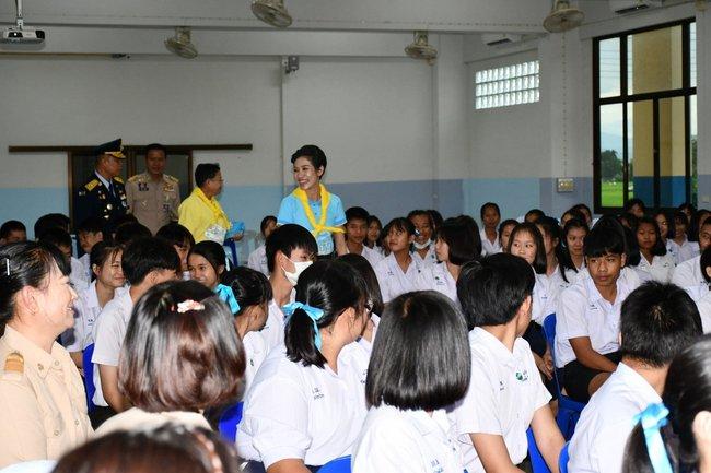 Hoàng hậu Thái Lan ngày một tỏa sáng, thể hiện tình cảm gắn bó với nhà vua trong khi Hoàng quý phi vắng bóng - Ảnh 3.