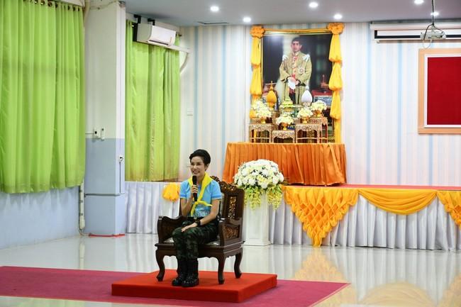 Hoàng hậu Thái Lan ngày một tỏa sáng, thể hiện tình cảm gắn bó với nhà vua trong khi Hoàng quý phi vắng bóng - Ảnh 5.