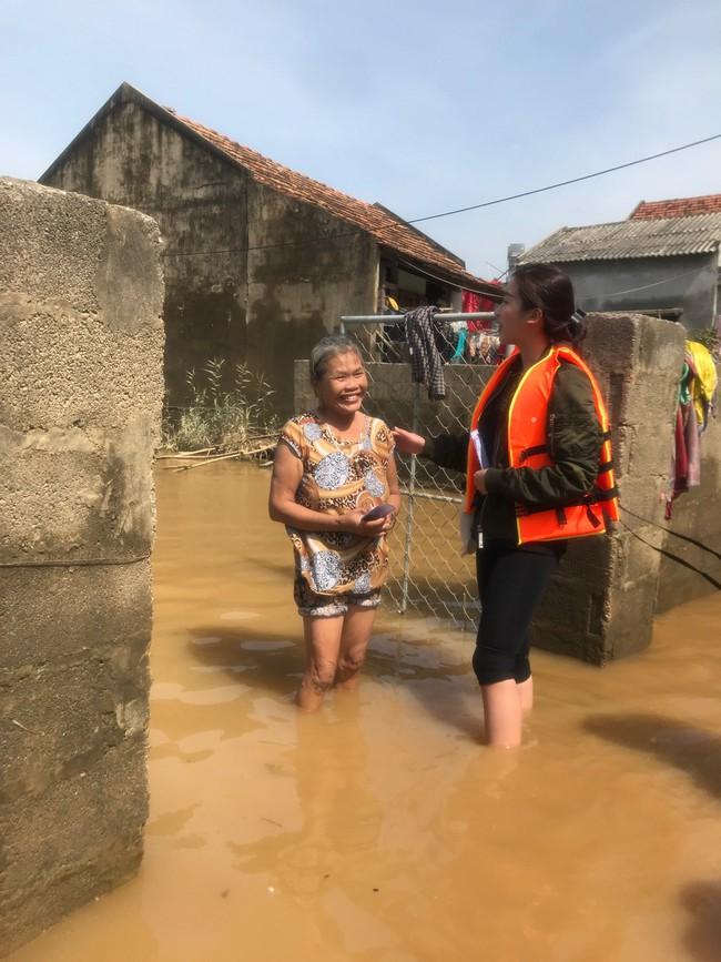 Đỗ Mỹ Linh ngồi xuồng cứu trợ, xắn quần lội nước vào tận nhà trao quà cho người dân miền Trung, tiết lộ điều bất ngờ về bà con - Ảnh 2.