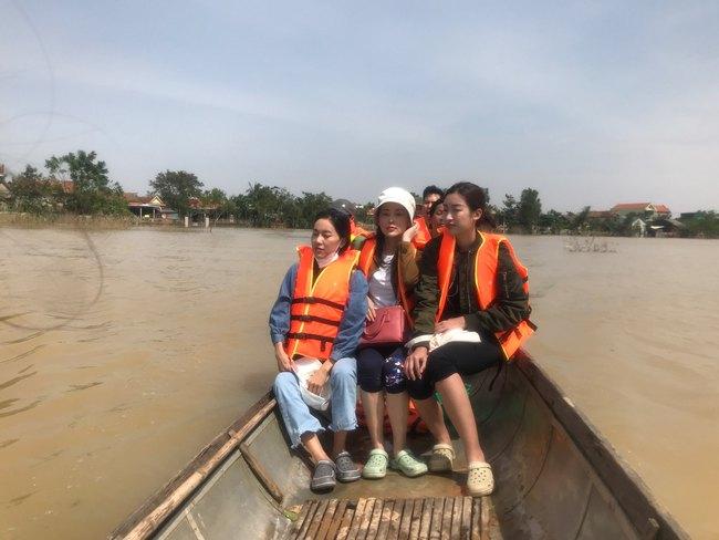 Đỗ Mỹ Linh ngồi xuồng cứu trợ, xắn quần lội nước vào tận nhà trao quà cho người dân miền Trung, tiết lộ điều bất ngờ về bà con - Ảnh 1.