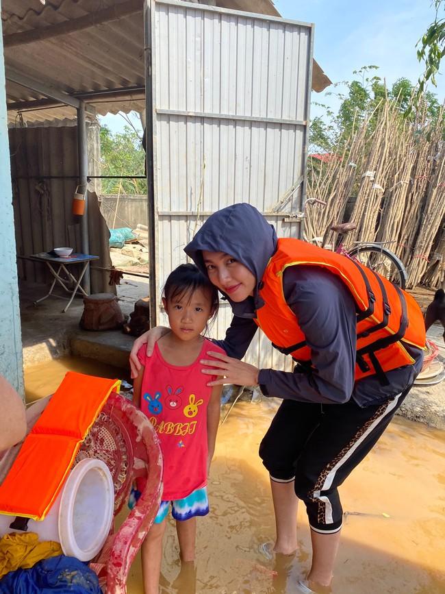 Đỗ Mỹ Linh ngồi xuồng cứu trợ, xắn quần lội nước vào tận nhà trao quà cho người dân miền Trung, tiết lộ điều bất ngờ về bà con - Ảnh 5.