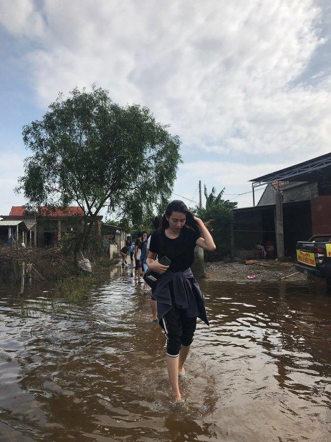 Đỗ Mỹ Linh ngồi xuồng cứu trợ, xắn quần lội nước vào tận nhà trao quà cho người dân miền Trung, tiết lộ điều bất ngờ về bà con - Ảnh 7.