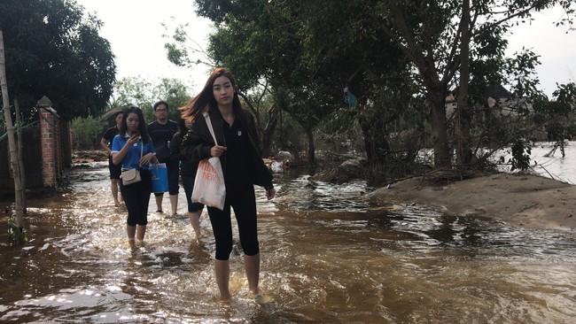 Đỗ Mỹ Linh ngồi xuồng cứu trợ, xắn quần lội nước vào tận nhà trao quà cho người dân miền Trung, tiết lộ điều bất ngờ về bà con - Ảnh 6.