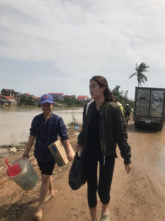 Đỗ Mỹ Linh ngồi xuồng cứu trợ, xắn quần lội nước vào tận nhà trao quà cho người dân miền Trung, tiết lộ điều bất ngờ về bà con - Ảnh 3.