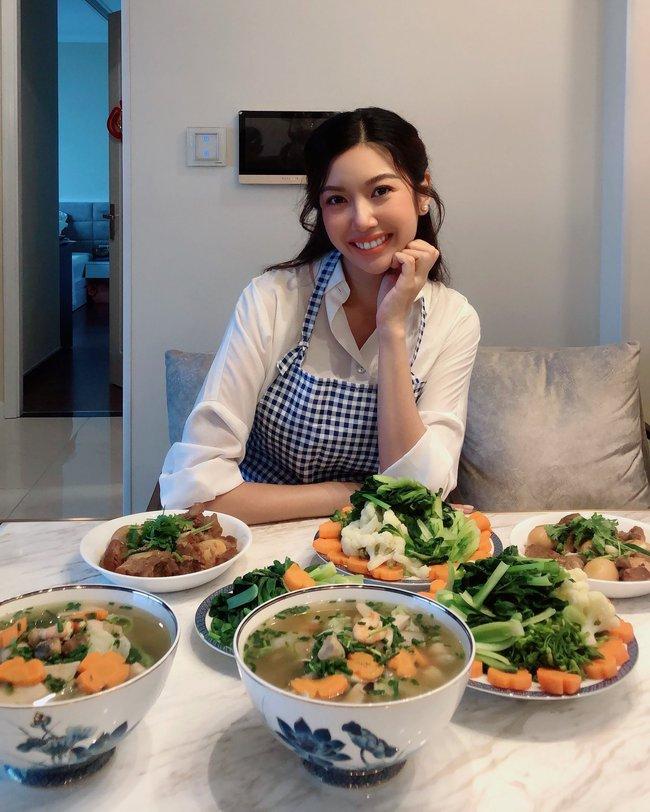 """Thúy Vân nhắn gửi: """"Đừng lo sợ việc bếp núc các bạn nhé! Chỉ cần chúng ta cố gắng học hỏi và trao dồi bản thân, một ngày nào đó trình độ nấu ăn của mình sẽ tốt thôi""""."""