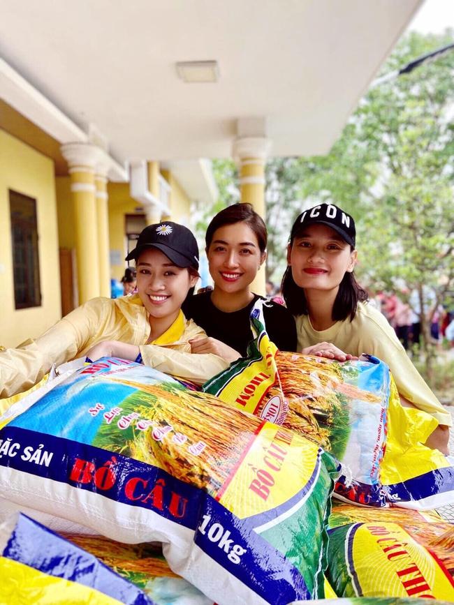 Khánh Vân cùng Lệ Hằng và Lê Thúy đi làm từ thiện.