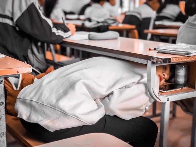 Đang trong giờ học mà quá buồn ngủ, nữ sinh nghĩ ra ý tưởng bá đạo khiến ai nhìn thấy cũng cười ngất - Ảnh 2.