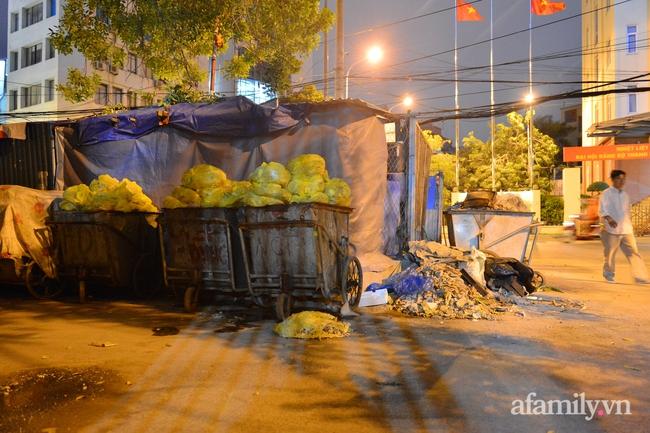Xe thu gom bị dân địa phương chặn, rác thải chất thành núi giữa trung tâm Thủ đô  - Ảnh 1.