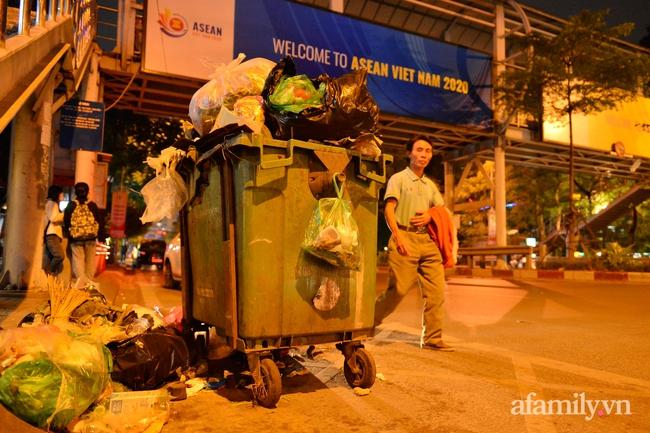 Xe thu gom bị dân địa phương chặn, rác thải chất thành núi giữa trung tâm Thủ đô  - Ảnh 2.