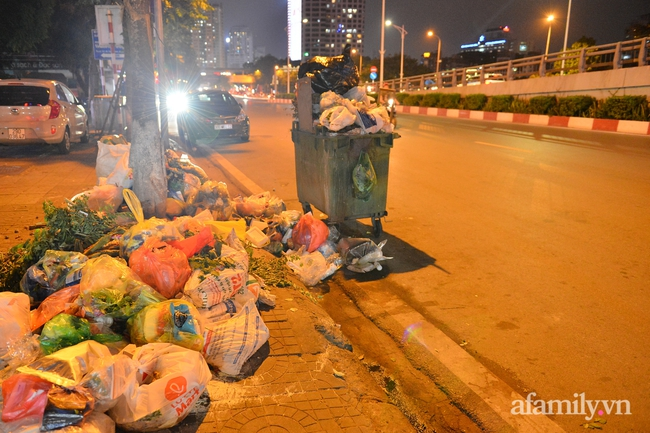 Xe thu gom bị dân địa phương chặn, rác thải chất thành núi giữa trung tâm Thủ đô  - Ảnh 3.