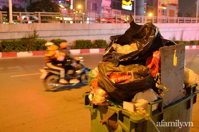 Xe thu gom bị dân địa phương chặn, rác thải chất thành núi giữa trung tâm Thủ đô  - Ảnh 4.