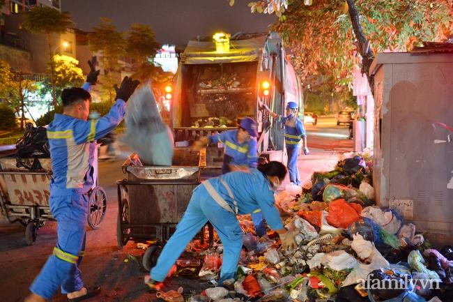 Xe thu gom bị dân địa phương chặn, rác thải chất thành núi giữa trung tâm Thủ đô  - Ảnh 6.