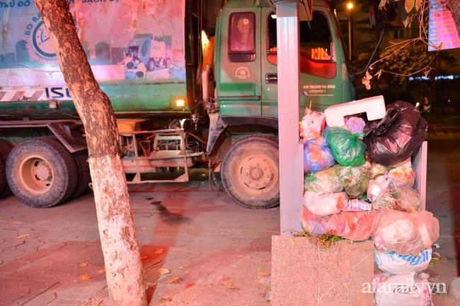Xe thu gom bị dân địa phương chặn, rác thải chất thành núi giữa trung tâm Thủ đô  - Ảnh 8.