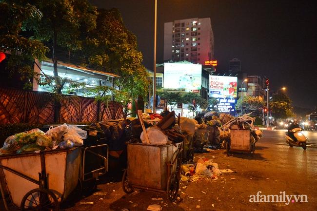Xe thu gom bị dân địa phương chặn, rác thải chất thành núi giữa trung tâm Thủ đô  - Ảnh 10.