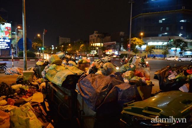 Xe thu gom bị dân địa phương chặn, rác thải chất thành núi giữa trung tâm Thủ đô  - Ảnh 9.
