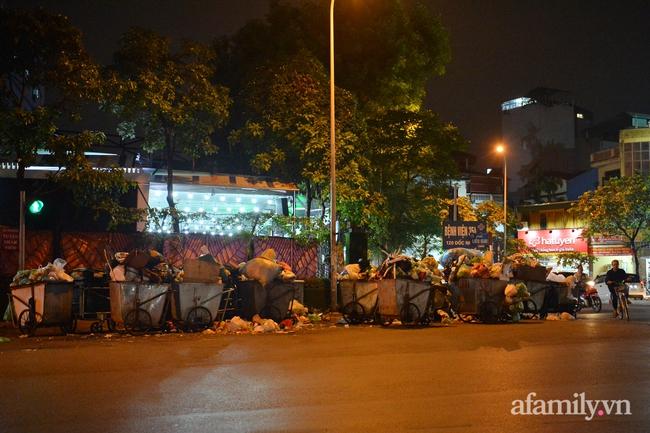 Xe thu gom bị dân địa phương chặn, rác thải chất thành núi giữa trung tâm Thủ đô  - Ảnh 7.