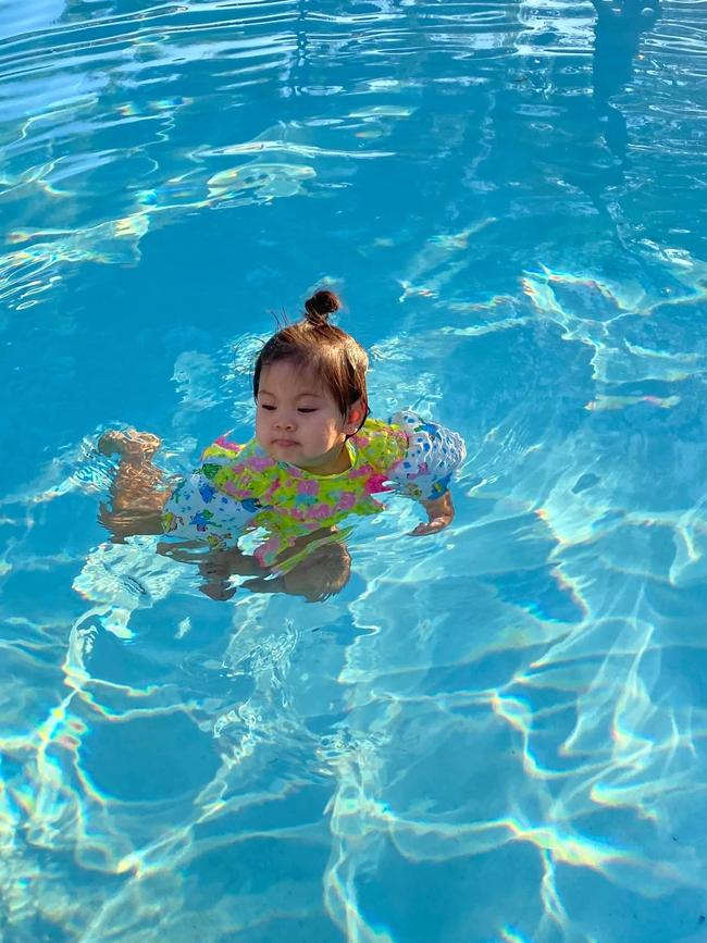 """Không hổ danh """"thánh ăn"""", con gái ca sĩ Thanh Thảo mới hơn 2 tuổi đã ăn được món mà nhiều người thấy sợ - Ảnh 6."""