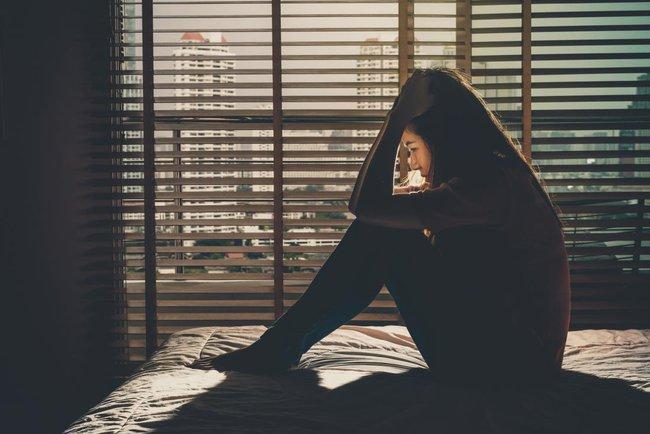 """Bất đắc dĩ cho chồng """"tìm cảm giác lạ"""", tôi định nhắm mắt bỏ qua nhưng vẫn không khỏi bàng hoàng trước người đàn ông nằm trong phòng ngủ - Ảnh 1."""