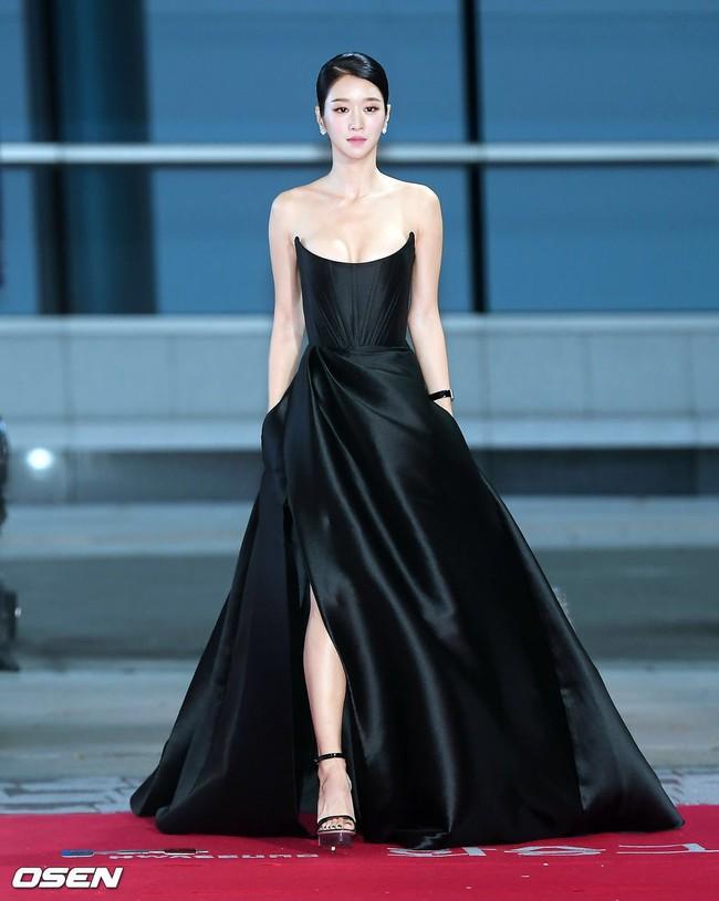 """Tuần qua các chị đẹp đều diện đầm đen đi dự sự kiện, Nữ thần Kim Ưng Tống Thiến lại tiếp tục bị """"réo tên""""  - Ảnh 1."""