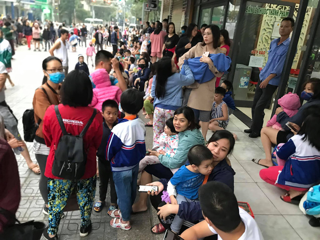 Hà Nội: Rạng sáng hàng trăm người ôm con nhỏ chạy từ tầng 33 khi có cháy - Ảnh 4.