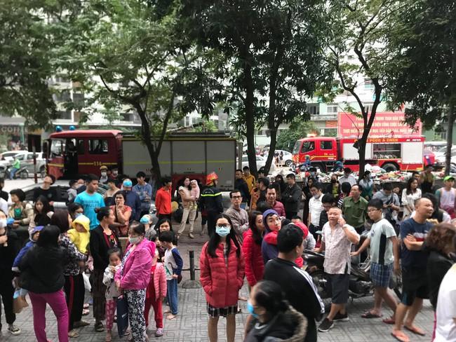 Hà Nội: Rạng sáng hàng trăm người ôm con nhỏ chạy từ tầng 33 khi có cháy - Ảnh 7.