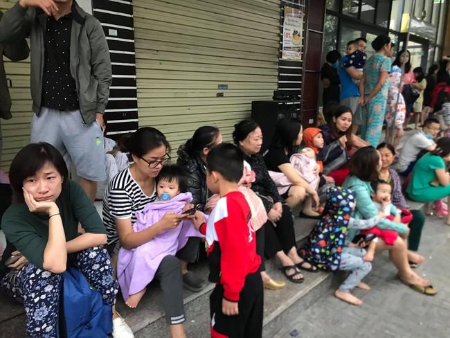 Hà Nội: Rạng sáng hàng trăm người ôm con nhỏ chạy từ tầng 33 khi có cháy - Ảnh 5.