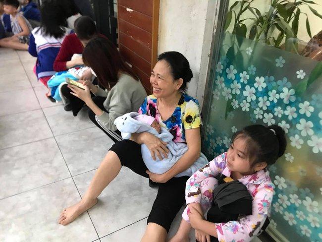 Hà Nội: Rạng sáng hàng trăm người ôm con nhỏ chạy từ tầng 33 khi có cháy - Ảnh 2.