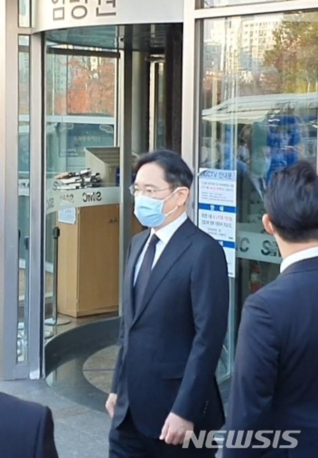Lễ tang đưa tiễn chủ tịch Samsung về nơi an nghỉ cuối cùng: Gia quyến thất thần, chồng cũ cựu Á hậu Hàn Quốc cũng có mặt - Ảnh 3.
