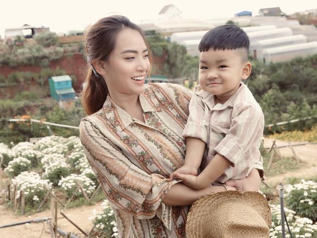 Phát sốt trước bộ ảnh gia đình nông dân của Thành Đạt - Hải Băng và 4 con nhỏ - Ảnh 2.